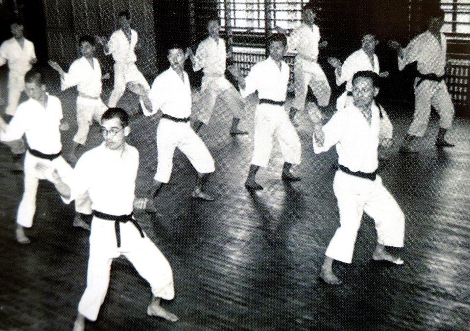 Een foto uit 1941 met vooraan rechts Hironori Otsuka I tijdens de uitvoering van Chinto.