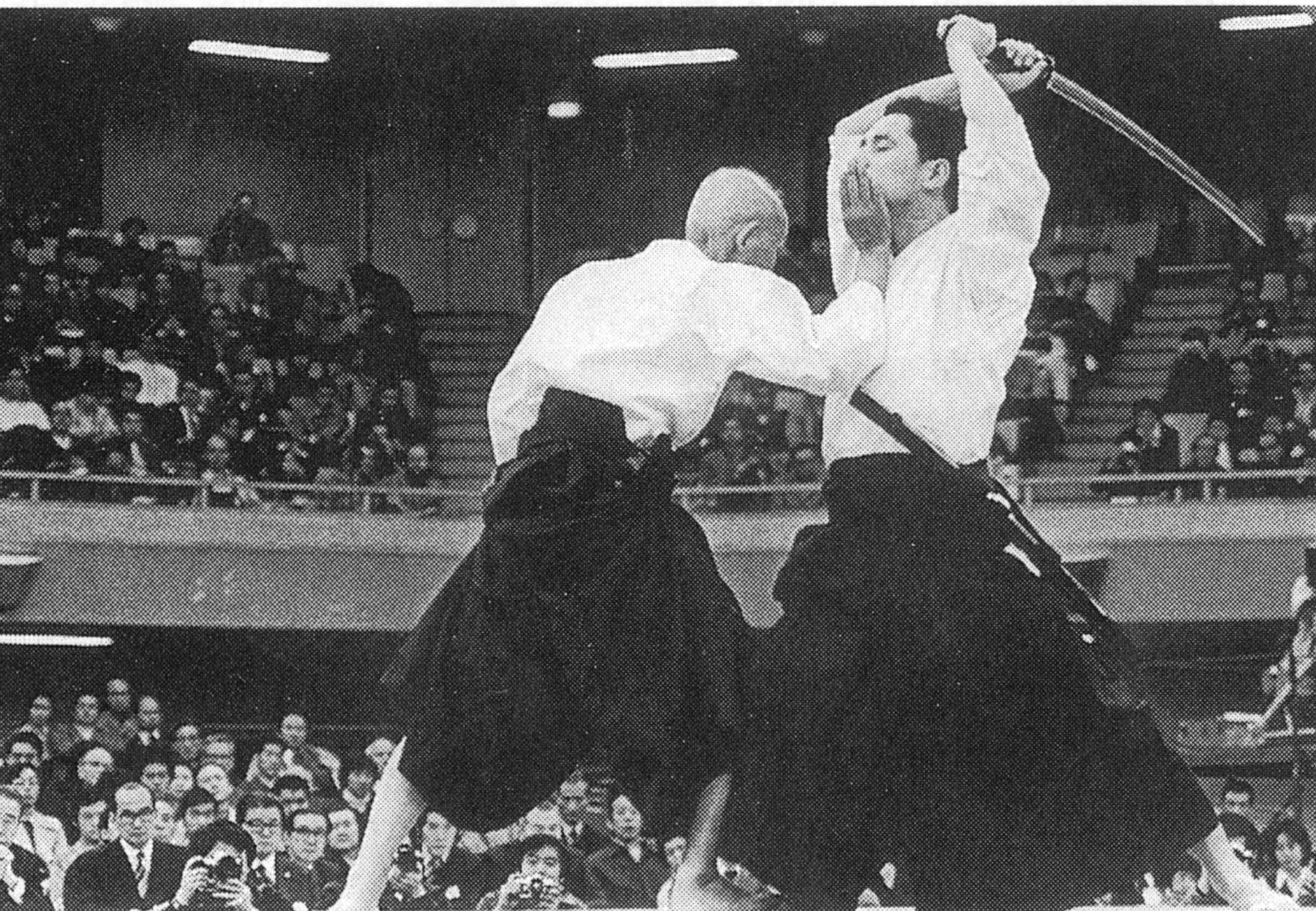 Hironori Otsuka en zijn zoon Jiro Otsuka tonen shinken shiraha dori, verdediging tegen aanvallen met een Japans zwaard, tijdens een demonstratie in 1965.